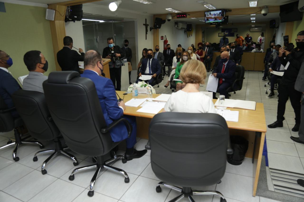 Prefeito, vice-prefeita e vereadores tomam posse em cerimônia na Câmara