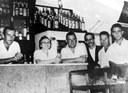 """Ao centro, """"Seu Galiano"""" e a sua esposa """"Dona Rosina"""" do """"Bar e  Restaurante Galiano"""" - (Av. dos Autonomistas com R. Narciso Sturlini). Posteriormente o bar virou restaurante e teve nomes como """"Paulino"""", """"Paulinia"""" e atualmente """"Patoyal""""."""